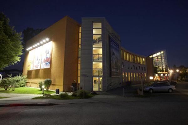 Citydome Rosenheim bei Nacht.