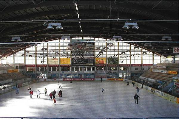 Öffentliches Schlittschuhlaufen im Eisstadion Rosenheim.