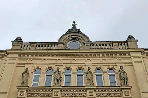 König Ludwig II. Büste in Rosenheim auf Ziergiebel der Königsschule (heute private Wirtschaftsschule Dr. Kalscheuer)