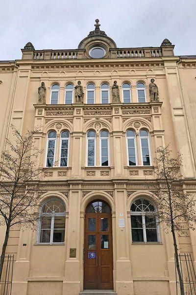 König Ludwig II. Büste auf Ziergiebel der Königsschule (heute private Wirtschaftsschule Dr. Kalscheuer), Rosenheim