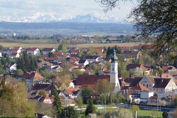 Blick auf Rotthalmünster mit den Alpen im Hintergrund