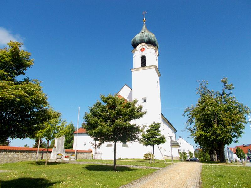 Blick auf die Pfarrkirche ST. JOSEF in Ruderting im südlichen Bayerischen Wald