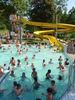 Spaßbad im Hochsommer mit Rutsche