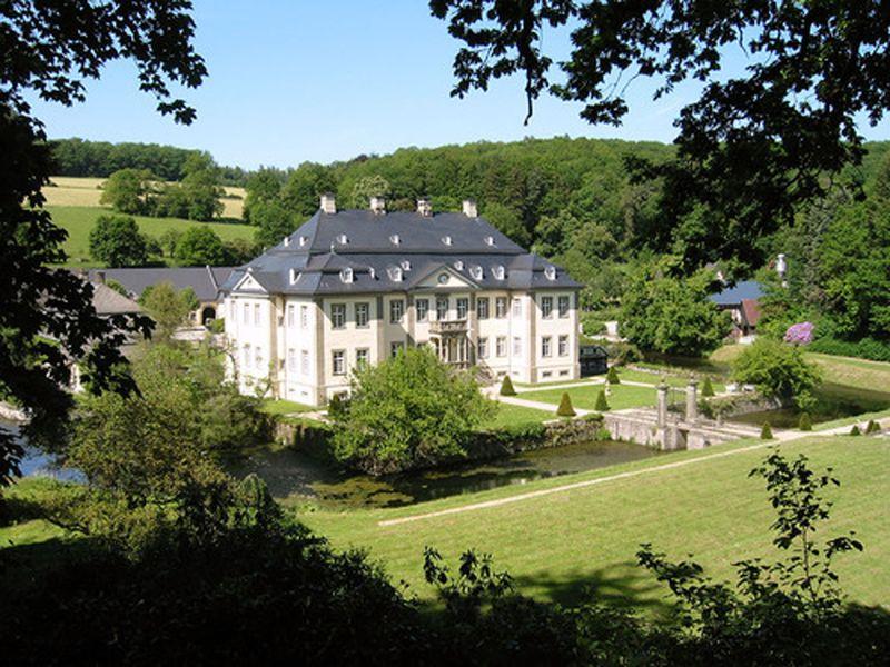 Schloss Körtlinghausen mit alter Sägemühle am rechten Bildrand
