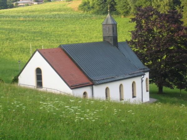 Blick auf die Marien Wallfahrtskapelle Osterbrünnl bei Ruhmannsfelden im Teisnachtal