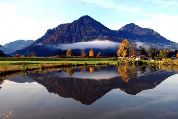 Golfanlage Ruhpolding mit Wasserhindernis und traumhaften Bergblick.