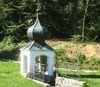 Das Quellenhäuschen neben dem Wallfahrtskirchlein Maria Bründl bei Saldenburg