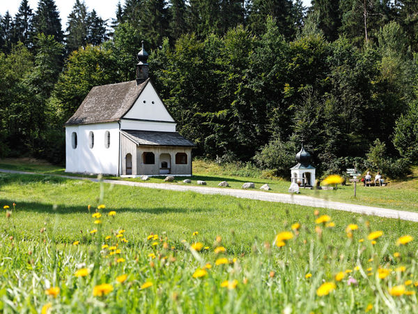 Blick auf das Wallfahrtskirchlein Maria Bründl bei Saldenburg im Bayerischen Wald