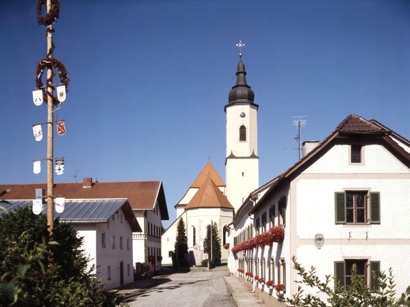 Blick auf die Pfarrkirche ST. ÄGIDIUS im Ortsteil Straßkirchen der Gemeinde Salzweg