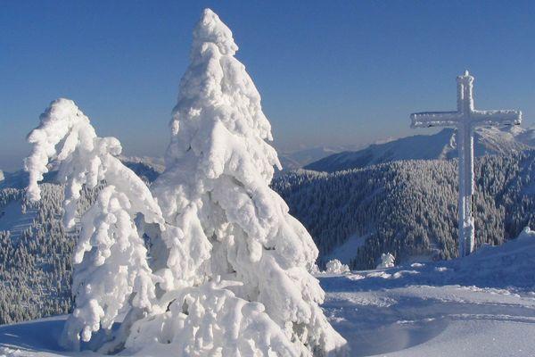 schneebedeckter Hochries-Gipfel