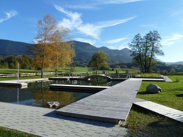 Naturbad Samerberger Filze im Herbst.