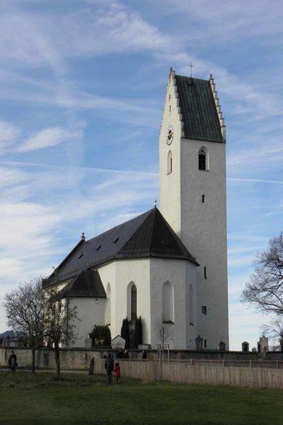 Außenansicht der Kirche mit Mauern