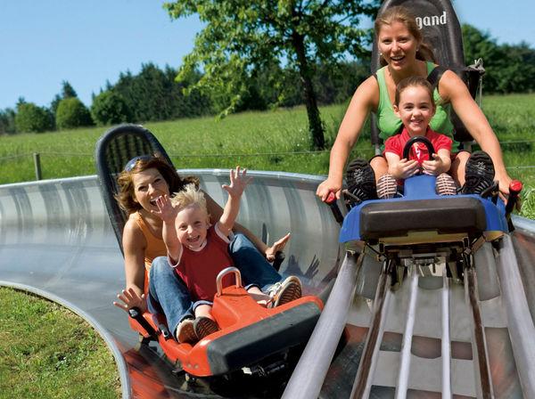 Familienspaß mit Bob und Coaster auf der Sommerrodelbahn bei St. Englmar