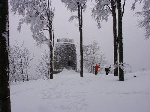 Skilangläufer in der Hirschenstein-Loipe beim Aussichtsturm auf dem Hirschenstein