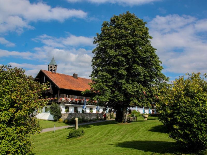 Blick auf das idyllisch gelegene Hotel Gut Schmelmerhof**** in Rettenbach bei St. Englmar