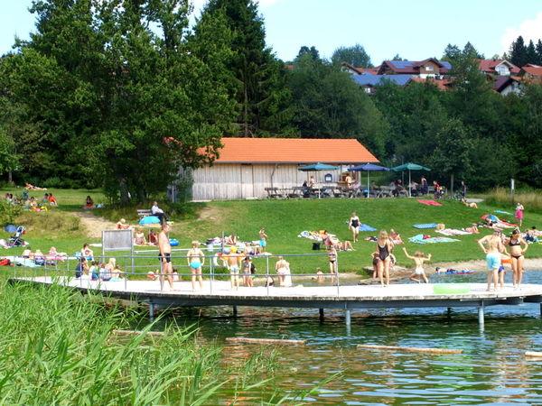 Badespaß für Klein und Groß bietet der Naturbadesee im Kurpark St. Englmar