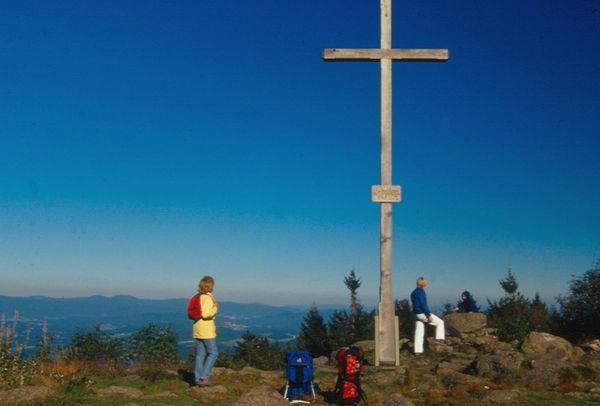 Herrliche Aussicht für Wanderer beim Gipfelkreuz am Pröller bei St. Englmar im Bayerischen Wald