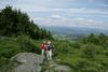 Wanderer auf dem Pröllergipfel bei Kollnburg im Bayerischen Wald
