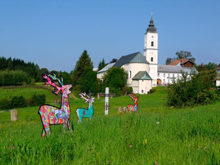 Rothirsch-Skulpturen vor der Klosterkirche in Sankt Oswald