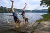 Mädchen machen Handstand im Wasser