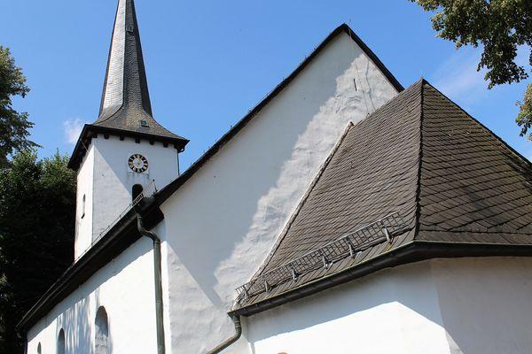 Das Kirchenschiff der kleinen Ortskirche