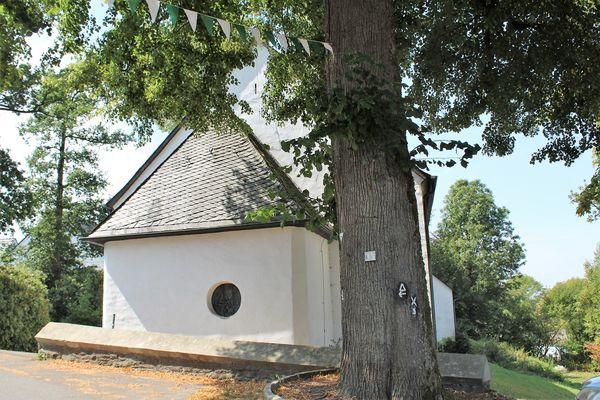 Die alte Linde an der Dorfkirche in Hülscheid