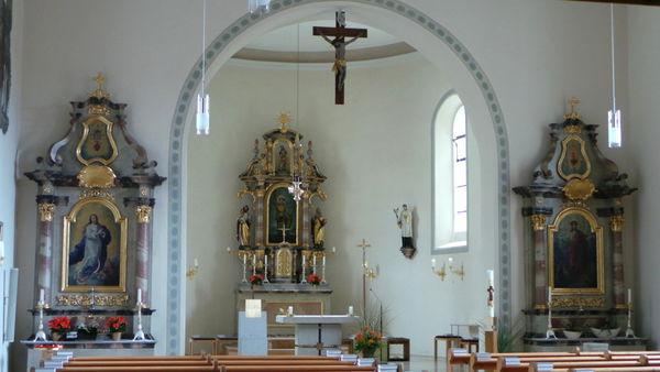 Blick auf den Altarbereich der Pfarrkirche in Schaufling im Lallinger Winkel