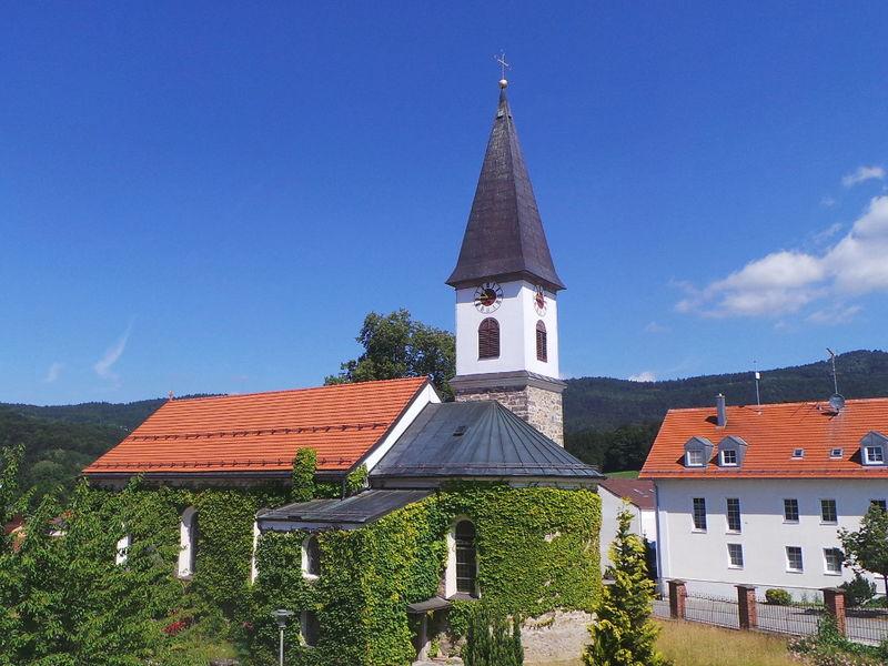 Blick auf die Pfarrkirche in Schaufling im Lallinger Winkel - Bayerischer Wald