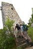 Wanderer beim Schlossturm bei Schelklingen