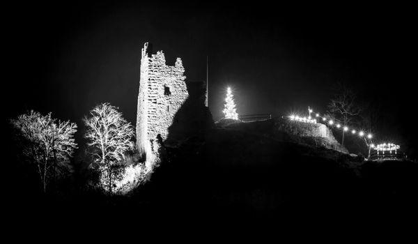 Ruine Schenkenburg mit Weihnachtsbeleuchtung