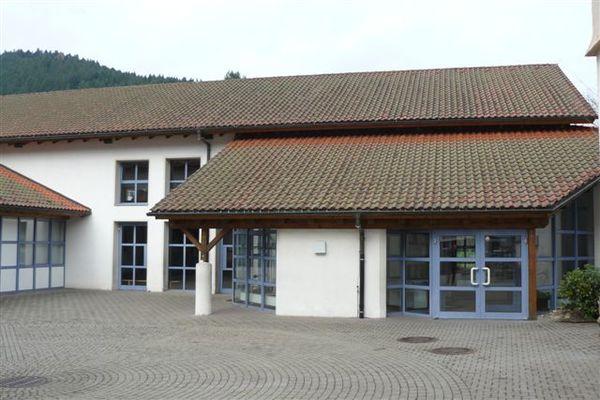 Mehrzweckhalle Schenkenzell Gebäude mit Haupteingang