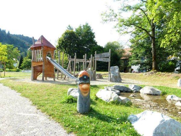 Spielplatz Bergbau Gesamtansicht mit Rutsche, Wasserspiele und Klettergerüst