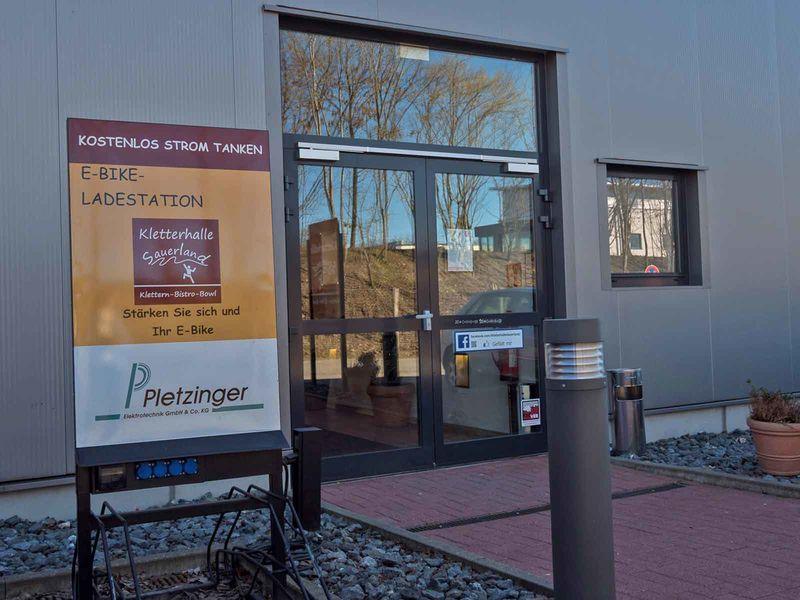 E-Bike-Ladestation an der Kletterhalle Sauerland in Schmallenberg