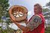 Ranger mit Baumscheibe in der Hand
