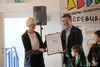 Schulleiterin Petra Sonntag nimmt mit Freude die Urkunde entgegen, die der 1. Vorsitzende des Naturparks Sauerland Rothaargebirge, Bernd Fuhrmann, mit Stolz überreicht