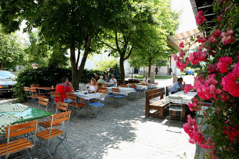 Bunte Blumenpracht beim Biergarten im Gasthof zum Sonnenwald