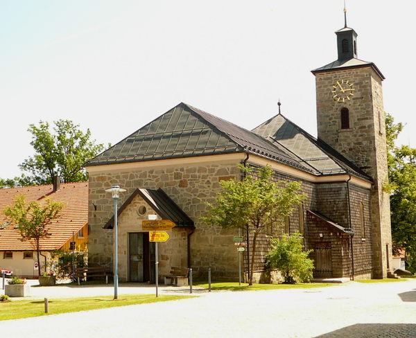 Blick auf die Pfarrkirche in Schöfweg in der Region Sonnenwald - Bayerischer Wald