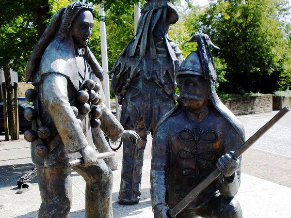 Bronzefiguren auf dem Marktplatz