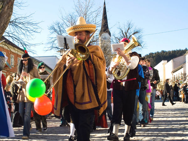 Musikalische Begleitung mit der kostümierten Marktkapelle beim Schönberger Faschingszug