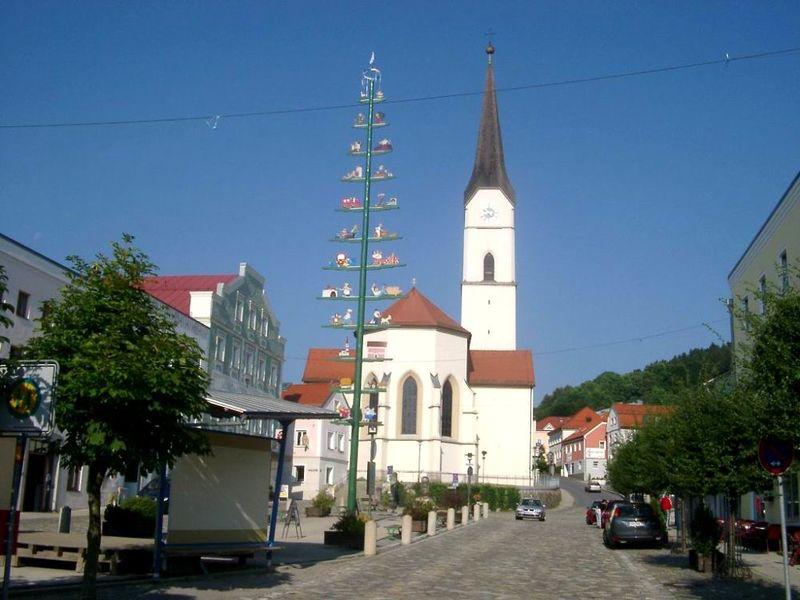 Blick auf die Pfarrkirche in Schönberg im Nationalpark-FerienLand Bayerischer Wald