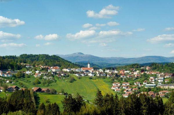Dem Markt Schönberg haben das ausgeglichene Klima und die südländisch anklingende Bauweise den Beinamen Meran des Bayerischen Waldes gegeben.