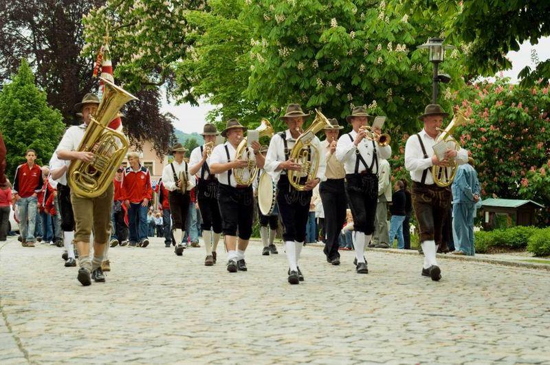 Festzug mit der Blaskapelle beim Schönberger Volksfest