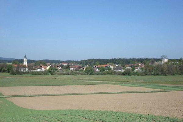 An der Schwarzach, auf halber Strecke zwischen Rötz und Waldmünchen liegt das alte Pfarrdorf Schönthal mit einem ehemaligen Augustiner-Eremiten-Kloster. Die Klosterkirche beinhaltet sehenswerte Kunstdenkmäler.