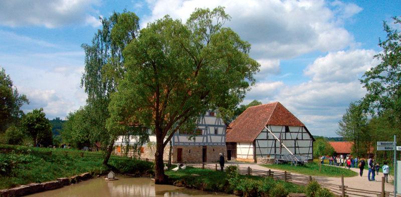 Hohenloher Dorf mit Bauernhaus aus Zaisenhausen (frühe Neuzeit) und Museumsteich