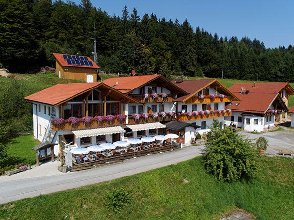 Blick auf den Berggasthof Menauer in Grandsberg bei Schwarzach