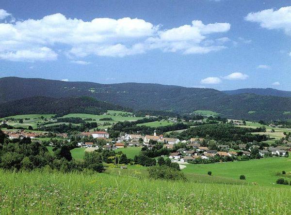 Schwarzach - Staatlich anerkannter Erholungsort: 2 km von der A3 Ausfahrt Schwarzach entfernt beginnt eine Landschaft mit weiten Wäldern und markanten Höhenzügen, herausragend der höchste Berg im vorderen Bayerischen Wald, der Hirschenstein (1.095 m).