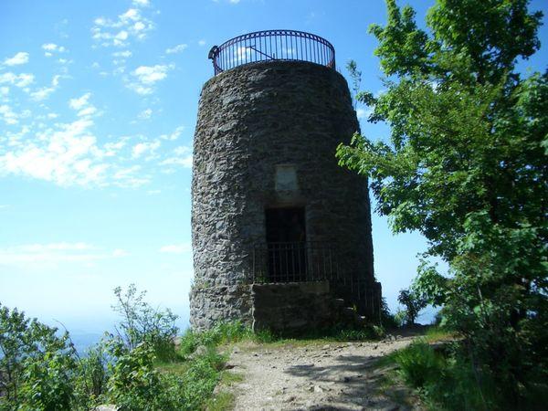Das Erkennungsmerkmal auf dem Hirschenstein ist der gemauerte Aussichtsturm