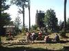 Wanderer und Radfahrer rasten beim Aussichtsturm auf dem Hirschenstein