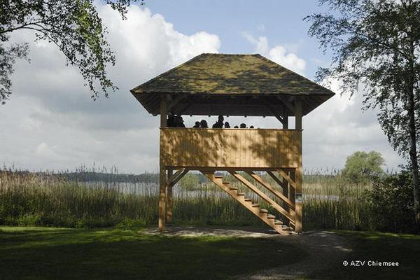 Blick auf den Beobachtungsturm im Kurpark Seebruck.