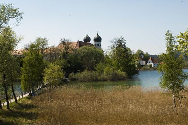 Naturschutzgebiet Seeoner Seen mit Blick auf das Kloster Seeon.